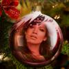 Fotomontaje en una esfera de árbol navideño
