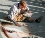 Fotomontaje dibujo con tizas en el piso