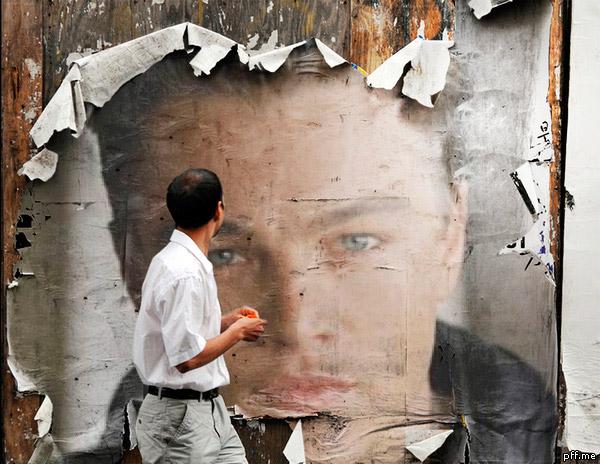 Fotomontaje en un cartel destruido